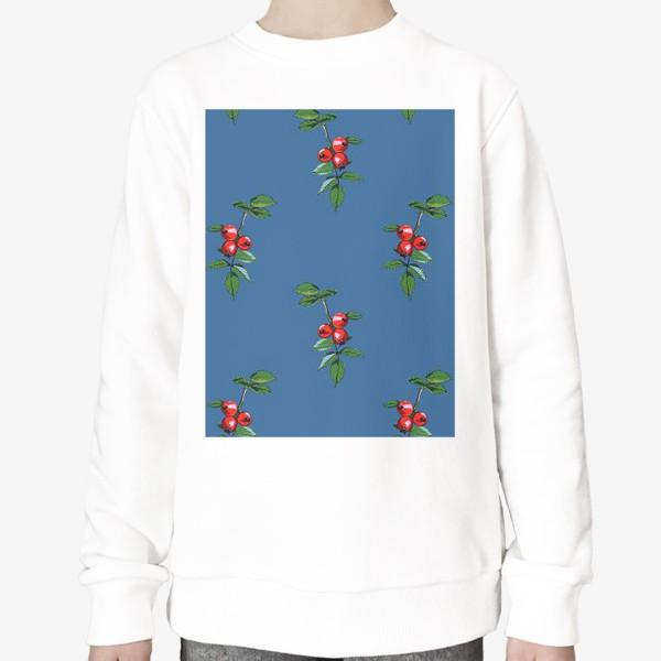 Свитшот «Красные ягоды шиповника на синем фоне. Яркие плоды на ветке с зелеными листьями»