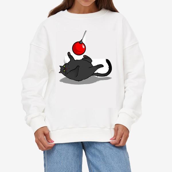 Свитшот «Чёрный кот играет с новогодним шариком »