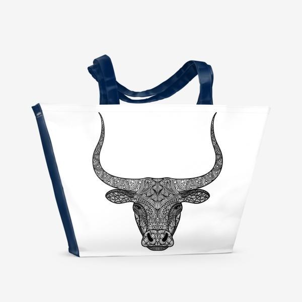 Пляжная сумка «Бык длиннорогий. Голова быка с узором в стиле зенарт или дудлинг. Черно-белый принт.»