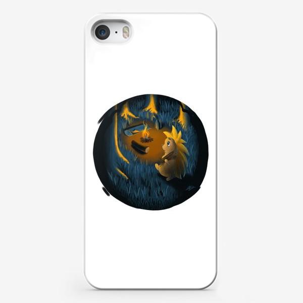 Чехол iPhone «Ежик в лесу в походе, с костром, рюкзаком и спальником»