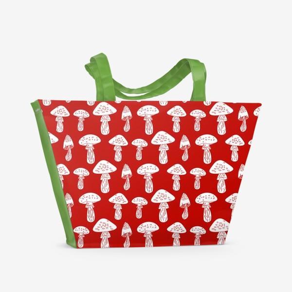 Пляжная сумка «Грибы на красном фоне»