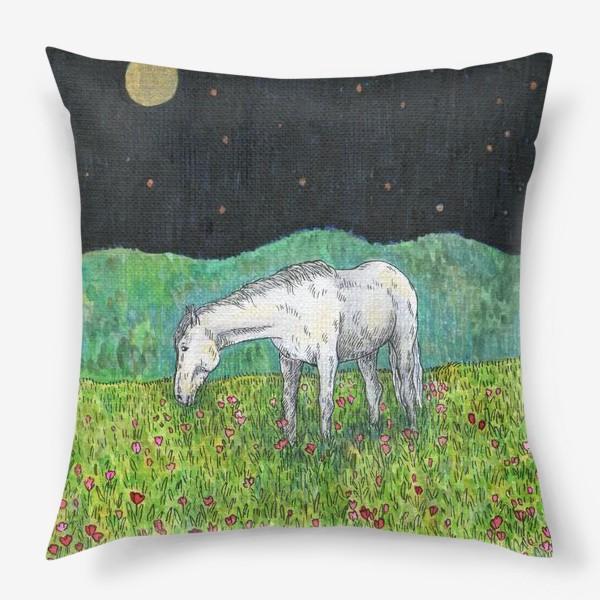 Подушка «Белая лошадь пасется в поле»
