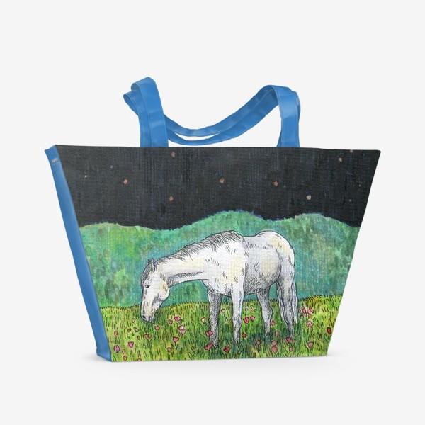 Пляжная сумка «Белая лошадь пасется в поле»