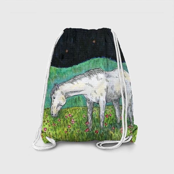 Рюкзак «Белая лошадь пасется в поле»