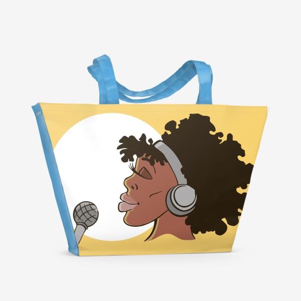 Пляжная сумка «афроамериканка девушка микрофон и наушники на фоне солнца: музыка»