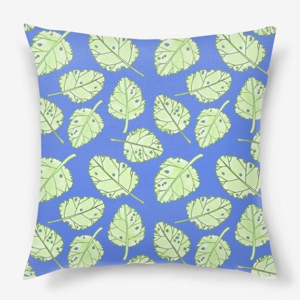 Подушка «Зеленые листики на синем фоне»