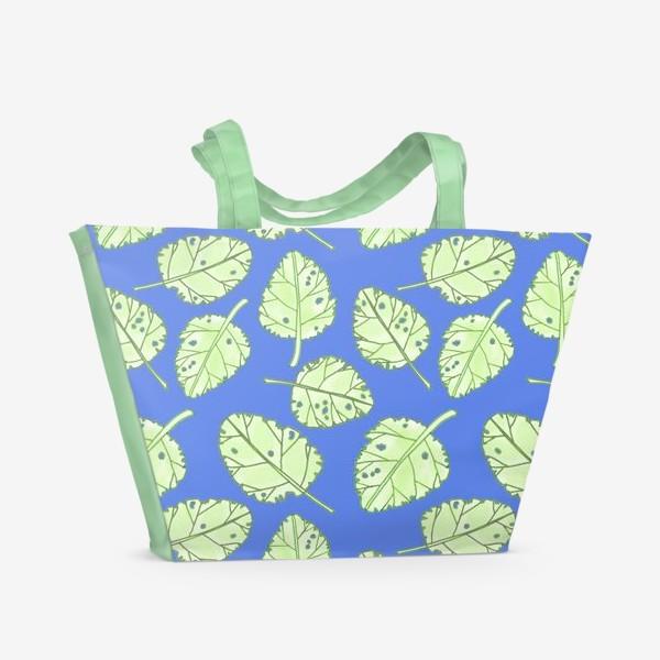 Пляжная сумка «Зеленые листики на синем фоне»