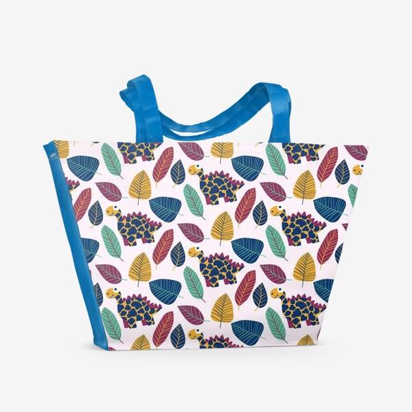 Пляжная сумка «Мультяшные стегозавры и пестрые листья »