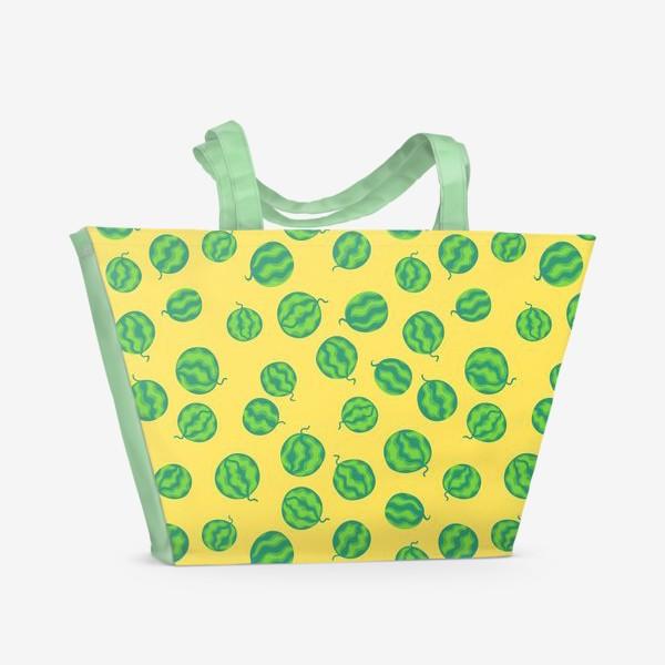 Пляжная сумка «Свежие полосатые арбузы на желтом»