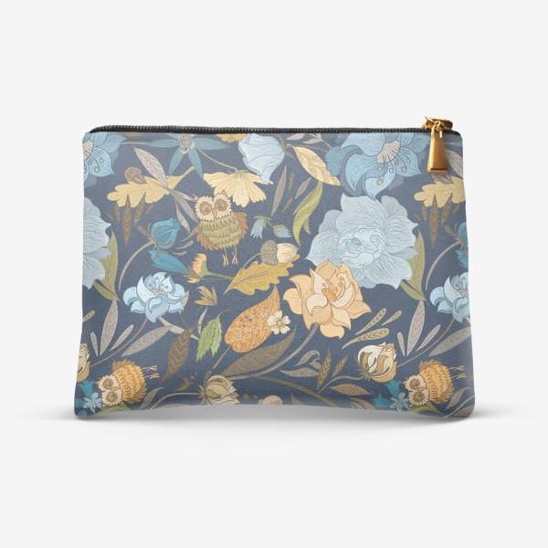 Косметичка «Лесной осенний паттерн с совами и голубыми цветами на синем фоне»