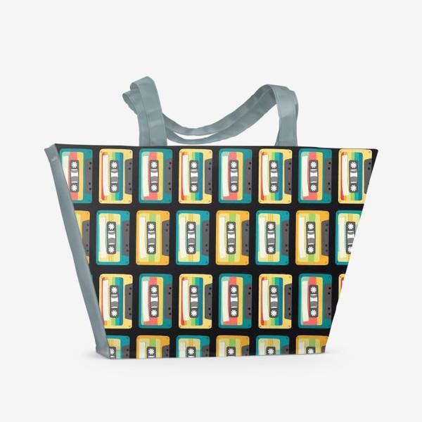 Пляжная сумка «Ретро кассеты на черном фоне»