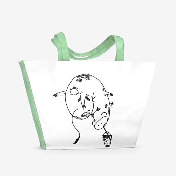 Пляжная сумка «Корова пьет молочный коктейль. Непереносимость лактозы»