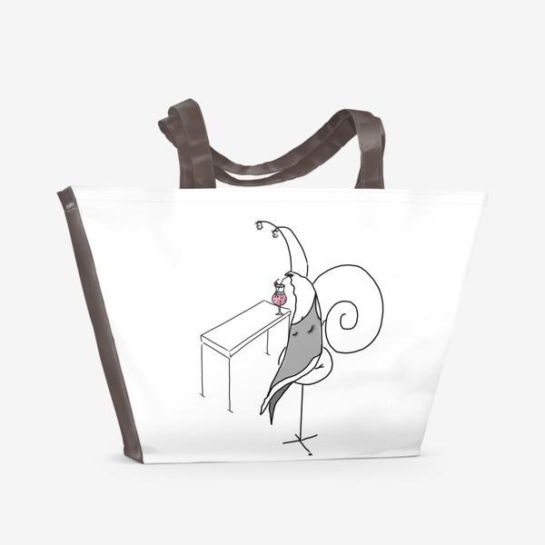 Пляжная сумка «Улитка-дама в баре. Сидит в пол-оборота »