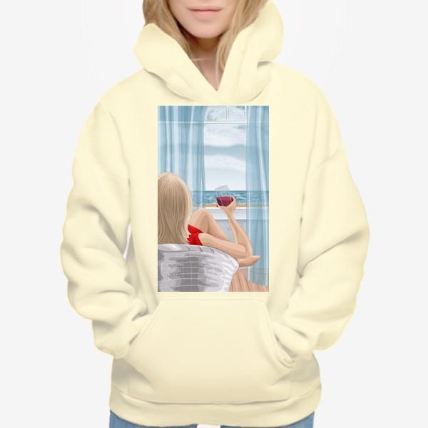 Худи «Девушка с бокалом смотрит на море»