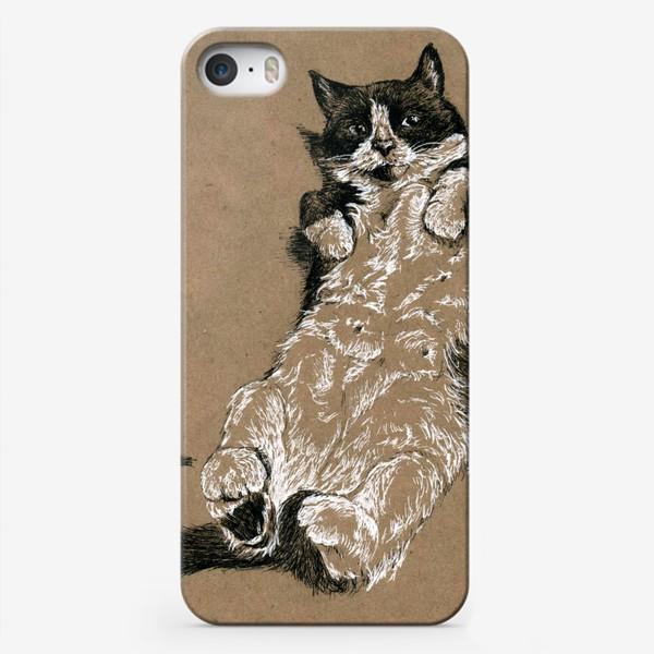 Чехол iPhone «Чернобелый кот лежит на спине»