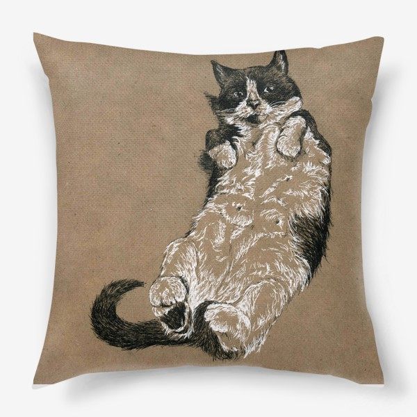 Подушка «Чернобелый кот лежит на спине»