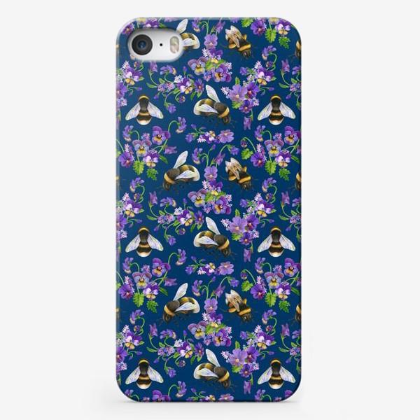 Чехол iPhone «Шмели, пчёлы, фиалки, виолы, анютины глазки на синем фоне»