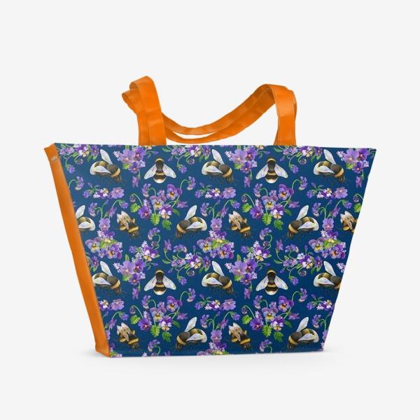 Пляжная сумка «Шмели, пчёлы, фиалки, виолы, анютины глазки на синем фоне»