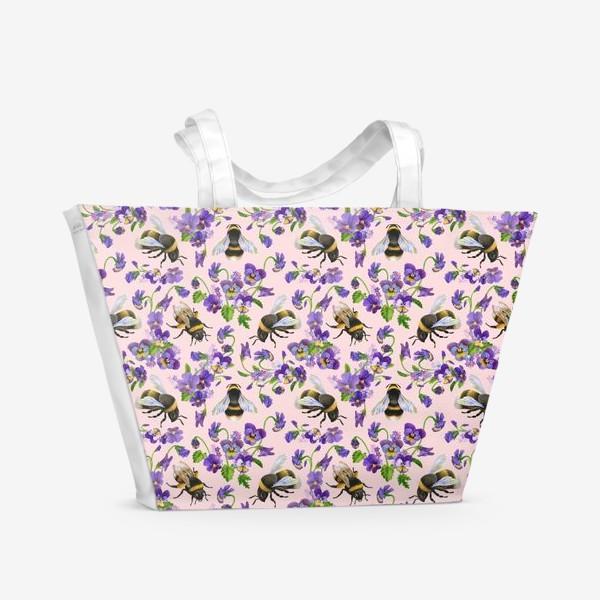 Пляжная сумка «Шмели, пчёлы, насекомые, фиалки, виолы, анютины глазки, розовый фон»