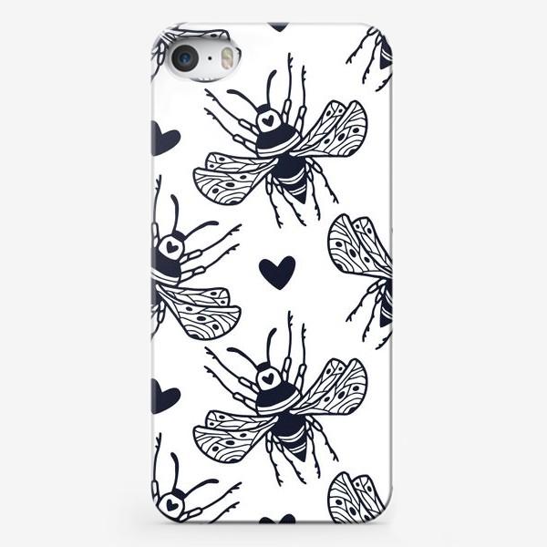 Чехол iPhone «Шмели с сердечками»