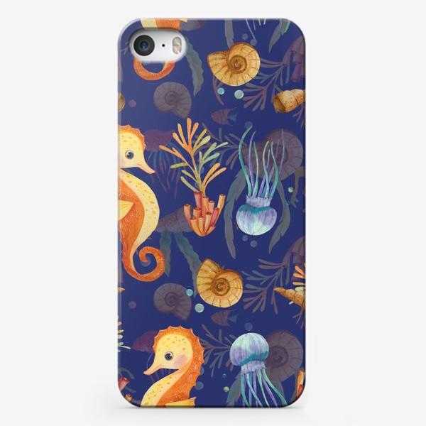 Чехол iPhone «Золотые морские коньки в синем море»