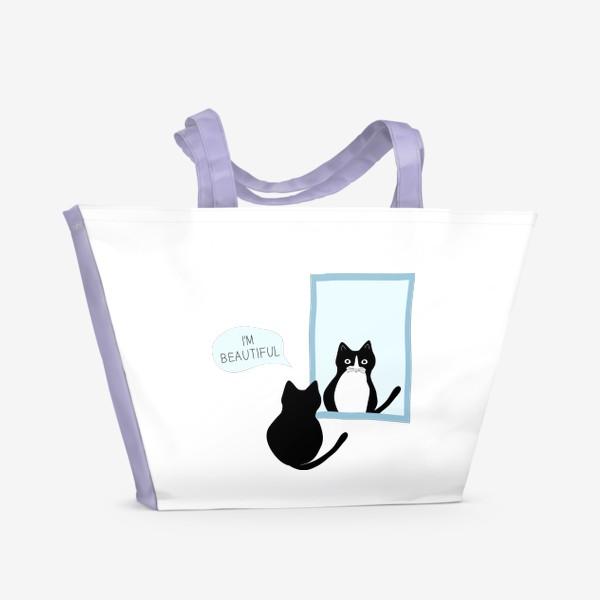 Пляжная сумка «Милый черно-белый кот и зеркало. Мысли кота: «Я прекрасен»»