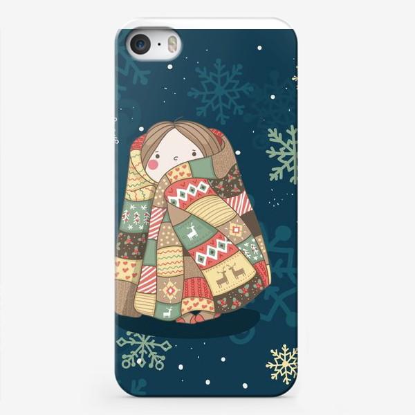 Чехол iPhone «Девочка в цветном теплом одеяле с оленями и рождественскими узорами. Зима. Уют. Добро. »