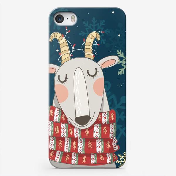 Чехол iPhone «Мечтательная коза в шарфе с елочками. Паттерн из снежинок на фоне. »
