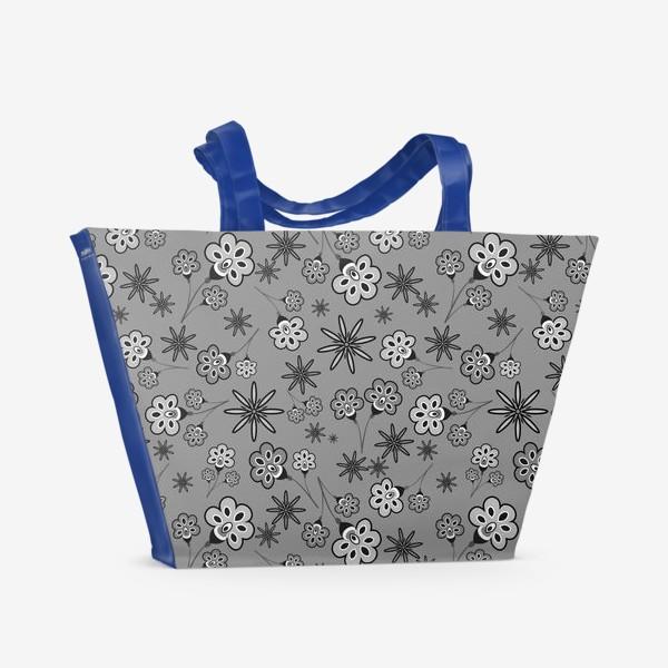 Пляжная сумка «Черно-белый паттерн с цветами.»