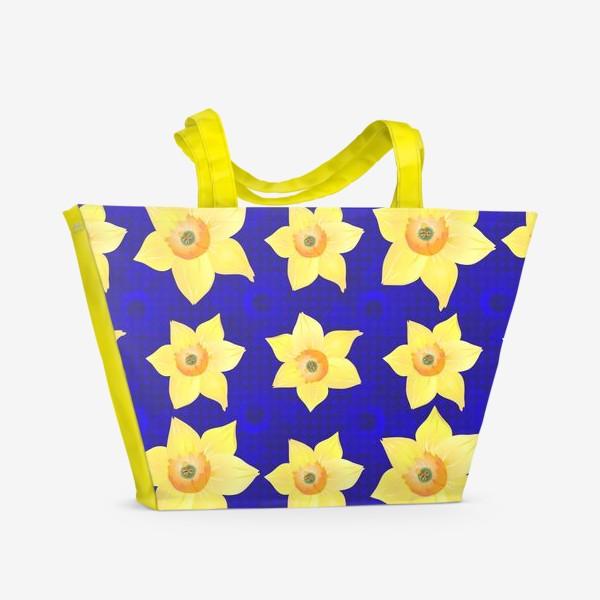 Пляжная сумка «Красивые желтые нарциссы на интересном »