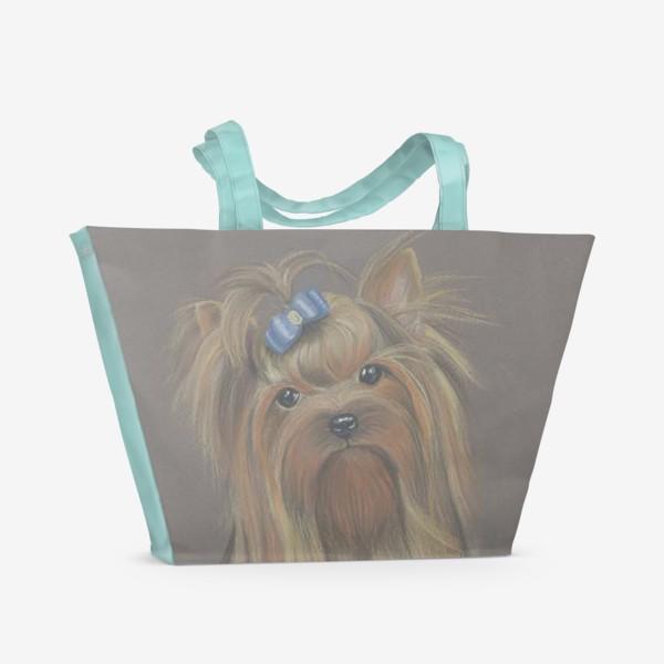Пляжная сумка «Йоркширский терьер с голубым бантиком и грустным взглядом.»