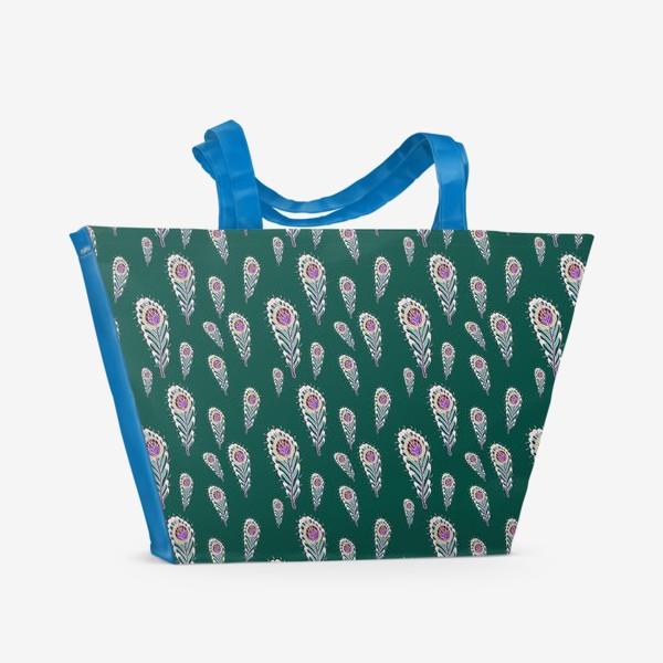 Пляжная сумка «Расписные перья павлинов на зеленом фоне»