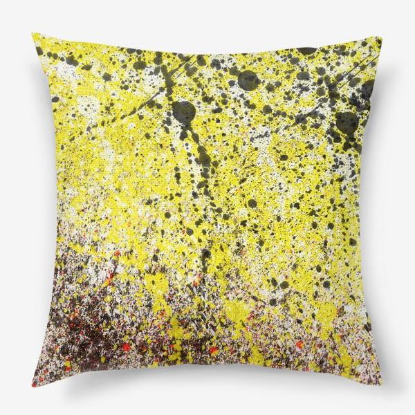 Подушка «Черные пятна краски на желтом фоне»