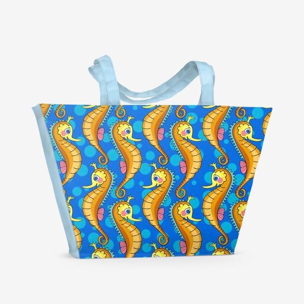 Пляжная сумка «Сказочные морские коньки на голубом фоне с пузырьками.»