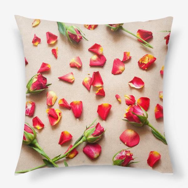 Подушка «Розы и лепестки»