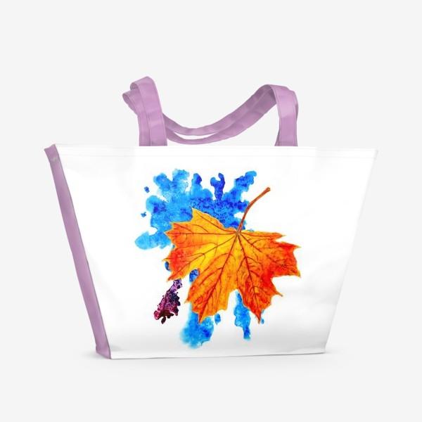Пляжная сумка «Осенний лист клена на акварельной синей кляксе»