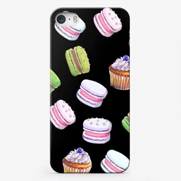 Чехол iPhone «цветные макаруны и черничный капкейк на чёрном»