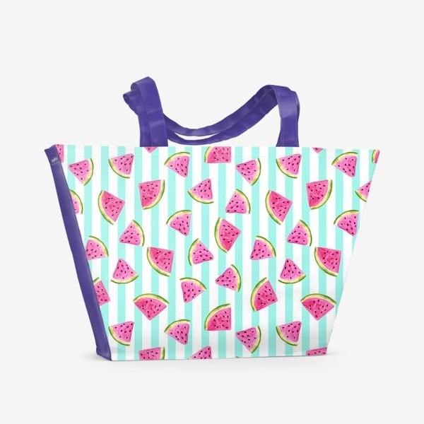 Пляжная сумка «Сочные арбузные ломтики на полосатом фоне.»
