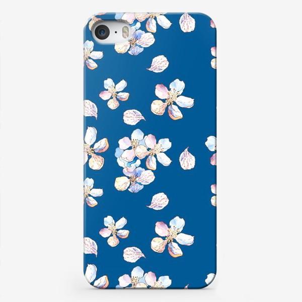 Чехол iPhone «Нежный цветочный паттерн Цветы яблони на синем фоне»