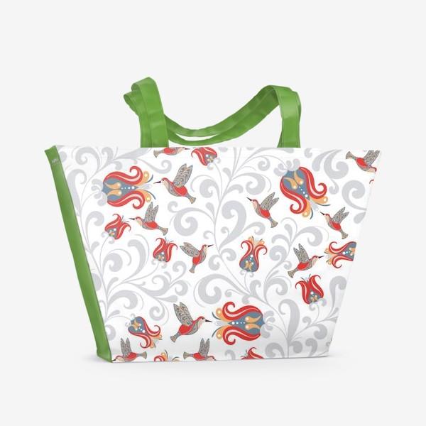 Пляжная сумка «Паттерн с колибри и цветами на белом фоне. »