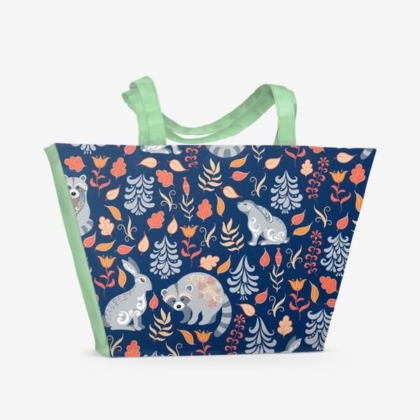 Пляжная сумка «Паттерн с зайцами, енотами, растениями и деревьями в фольклорном стиле на синем фоне.»