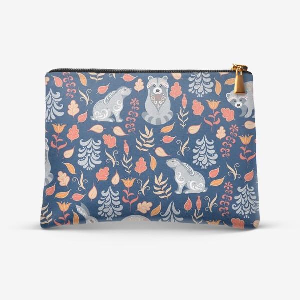 Косметичка «Паттерн с зайцами, енотами, растениями и деревьями в фольклорном стиле на синем фоне.»