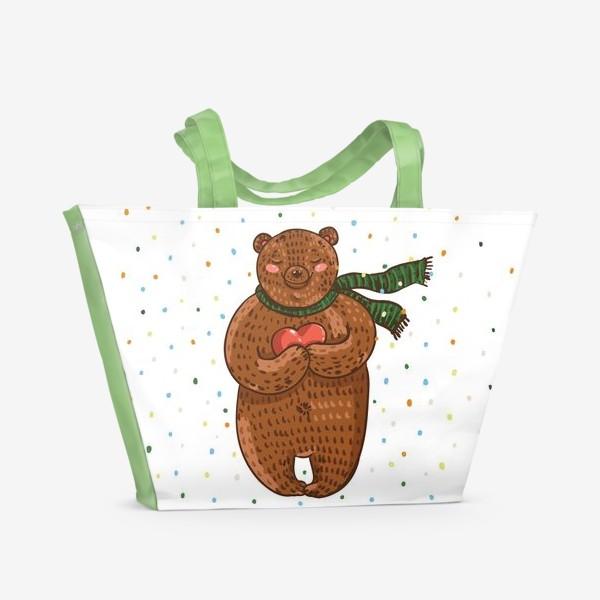 Пляжная сумка «Мишка в шарфе с сердцем в руках на белом фоне в цветные точки»