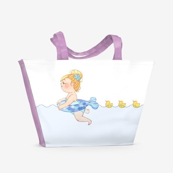 Пляжная сумка «Маленькая девочка плавает с желтыми уточками»