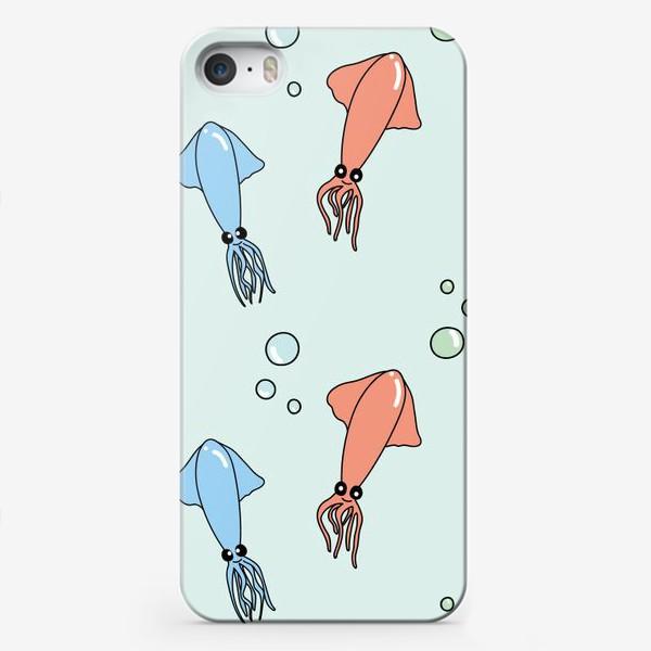 Чехол iPhone «Паттерн с кальмарами из океана на голубом»