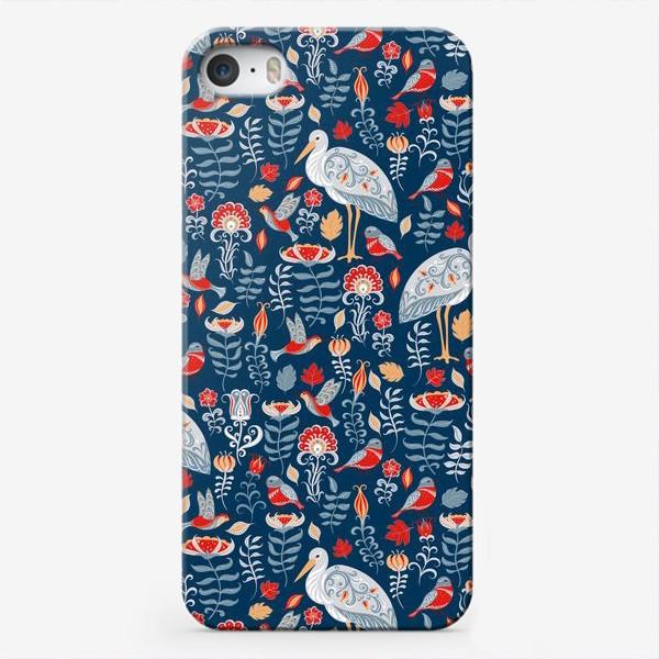 Чехол iPhone «Декоративный паттерн с аистами, колибри, цветами на синем фоне. »