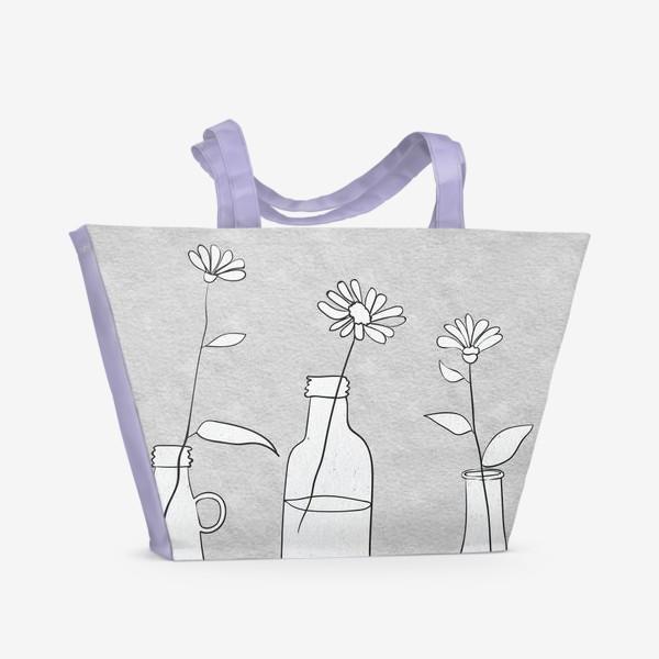 Пляжная сумка «Цветы в бутылях на светлом фоне.»