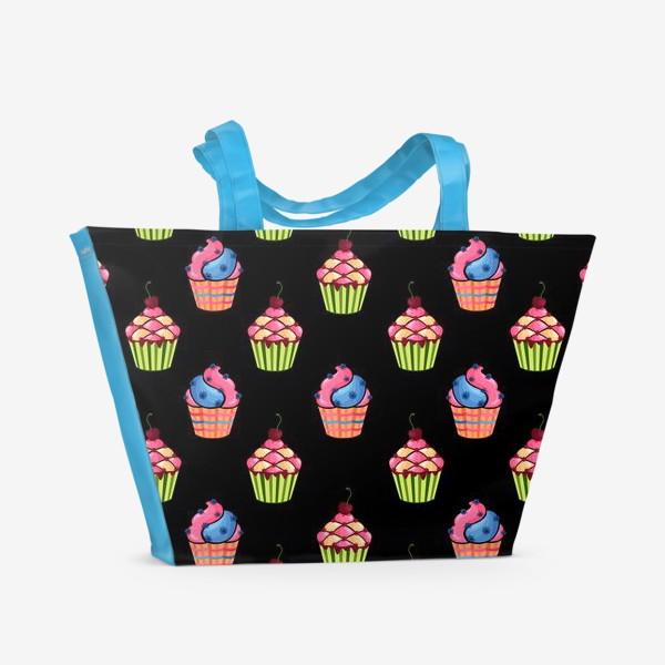 Пляжная сумка «Цветные пирожные на темном фоне»