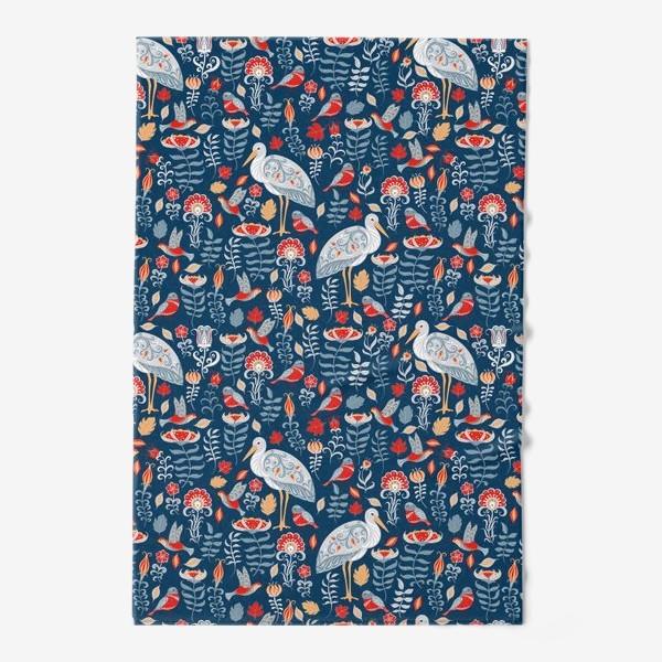 Полотенце «Декоративный паттерн с аистами, колибри, цветами на синем фоне. »