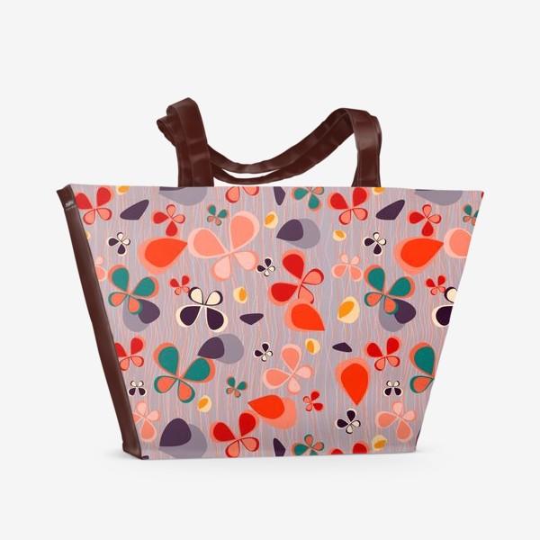 Пляжная сумка «яркий узор с авбтрактными бабочками и полосками. Нежно фиолетовый с краснами, желтыми и темнами пятнамии»